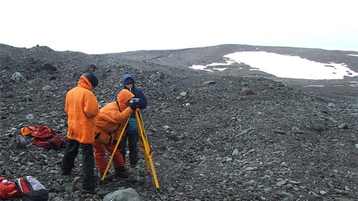 El doctor Adrián Silva Busso y colegas realizan un perfil de cauce en el Arroyo Potter Sur alimentado desde el Glaciar Warsawa, en las Islas Shetland del Sur, en la Antártida
