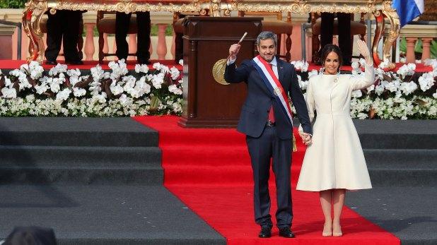 Mario Abdo Benítez y su esposa (Reuters)