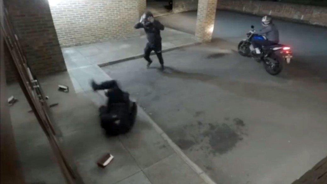 El proyectil rebotó contra la puerta y le pegó al primero de los delincuentes