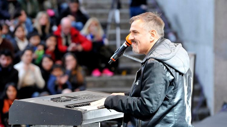 Alejandro Lerner cantó antes de la aparición sobre el escenario de Carlitos Balá