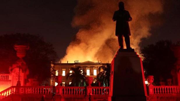 Una imagen del frente del edificio en llamas (Reuters)
