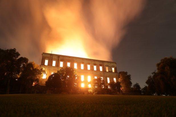 La noche iluminada por las llamas (Reuters)