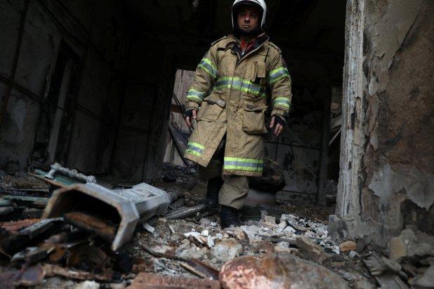 Un bombero camina entre los escombros(Reuters)