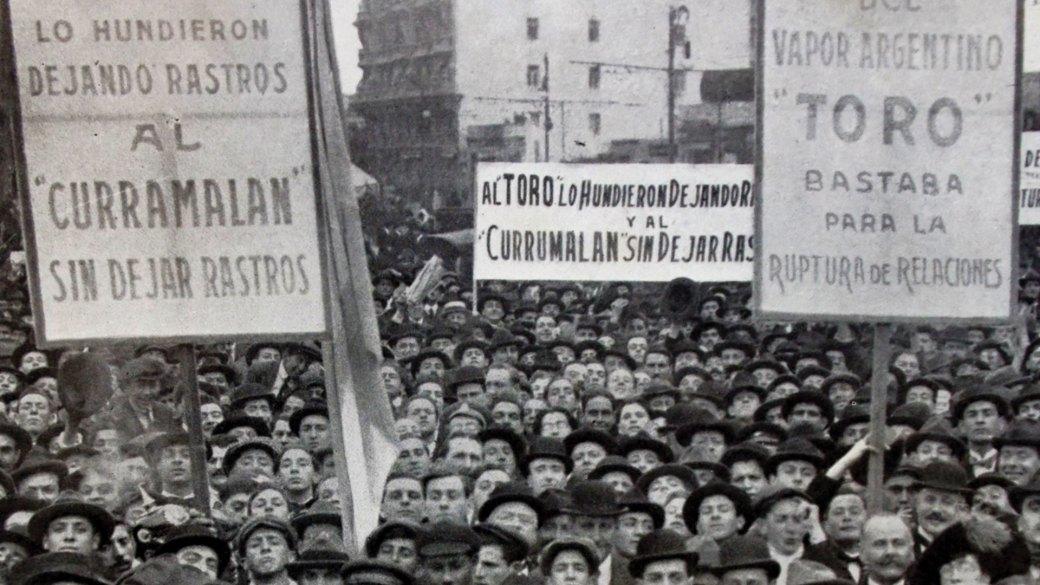 Manifestación en Buenos, Argentina, en 1917 tras el hundimiento de los vapores Toro y Curramalan
