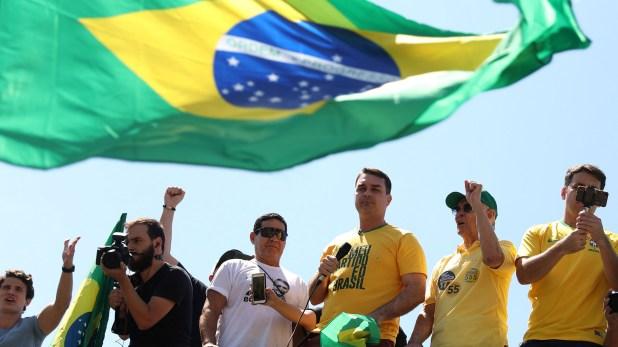 Flavio Bolsonaro, hijo del candidato de ultrderecha, participó de las movilización en apoyo a su padre (Reuters)