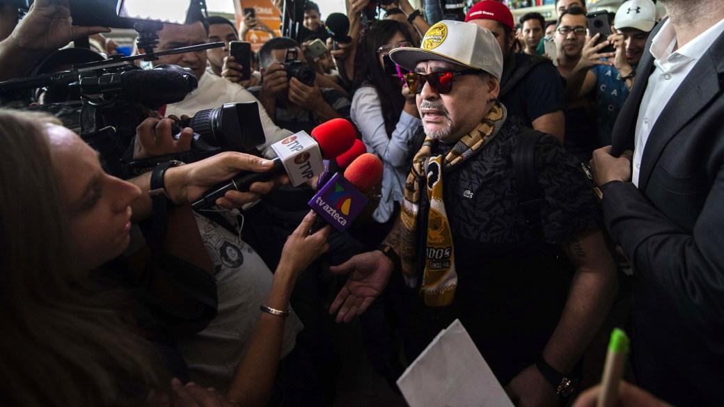 """Un enjambre de micrófonos busca el testimonio de """"Pelusa"""" (Foto: AFP)"""