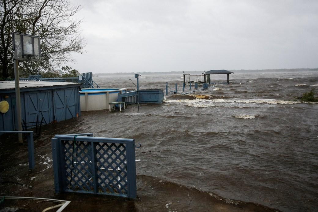 El agua ingresa en una de las casas en New Bern, Carolina del Norte.