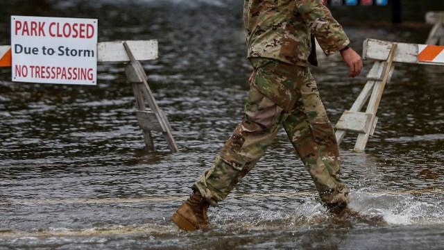 Un miembro de la armada de los EEUU ayuda a la gente a evacuar sus viviendas. (REUTERS)