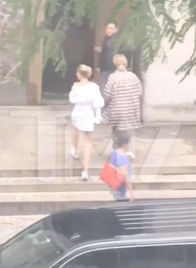 La joven pareja caminando hacia el Palacio de Justicia de Nueva York según lo muestra el sitio TMZ