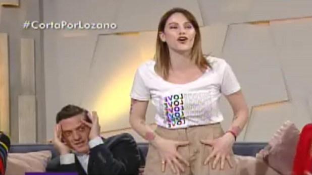Connie se mojó el pantalón y debió secarlo para que no se note en televisión (Captura de TV)