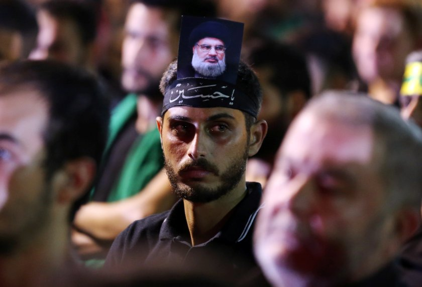 La imagen deNasrallah es portada por sus seguidores (Reuters)