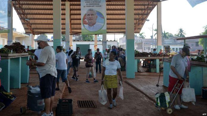 Un poster con la foto del gobernante Miguel Díaz-Canel en un mercado de La Habana (Foto: Martí Noticias)