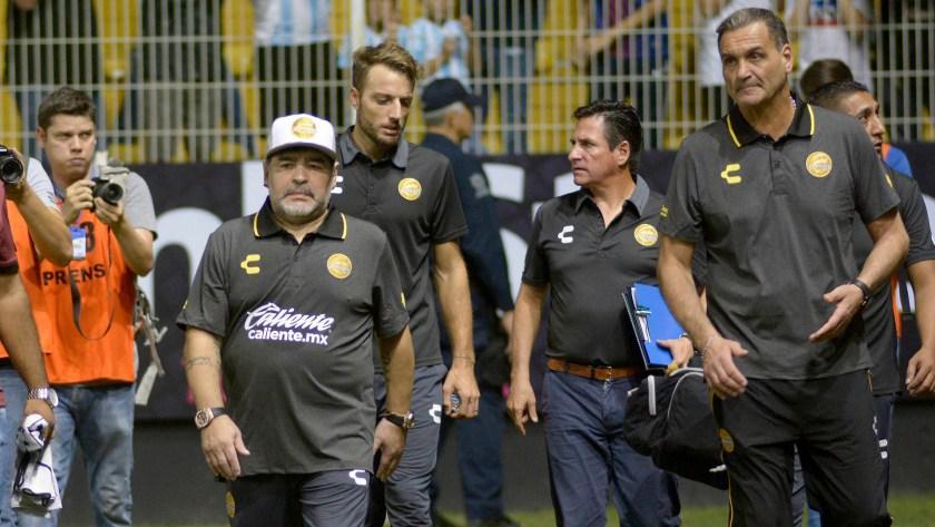 Diego Maradona junto a su cuerpo técnico en Dorados de Sinaloa (EFE)