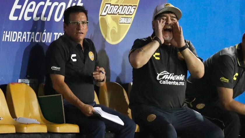 Diego Maradona dando indicaciones en Dorados de Sinalo AP