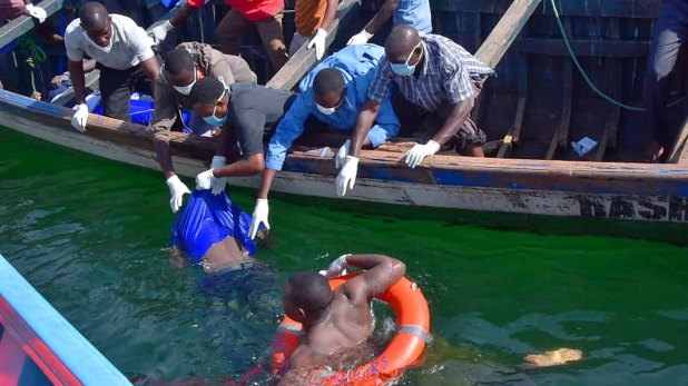 Rescates de un ferry en Tanzania (AP)