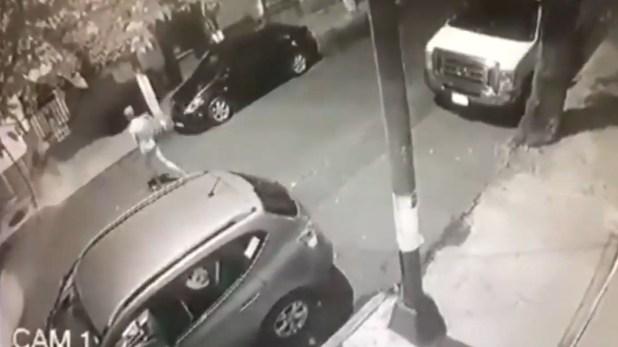 Al ver a la joven el sujeto inmediatamente salió de una camioneta y la empezó a perseguir