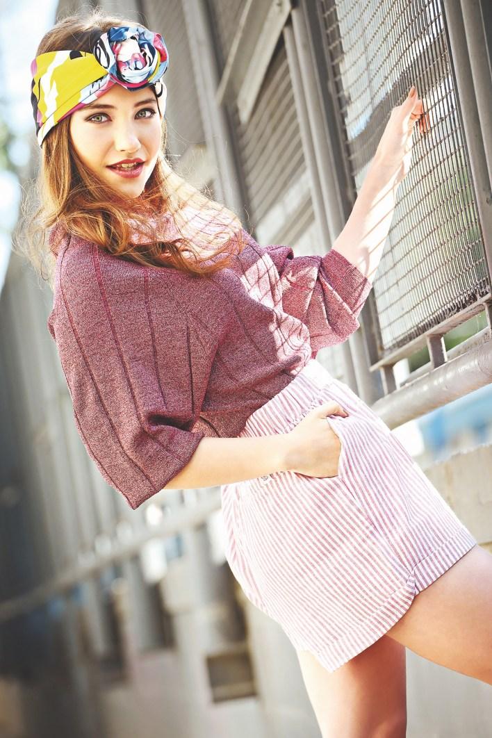 Suéter de lúrex ($ 1.690, Las Pepas), short tiro alto rayado ($ 720, Doll Fins) y pañuelo estampado($ 350, Isadora)