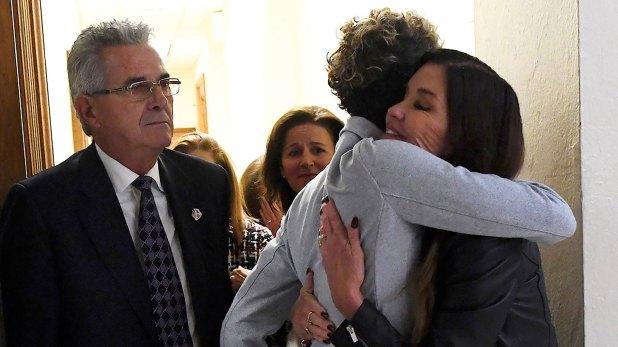 El abrazo entre Andrea Constand yJanice Dickinson, quientambién denunció a Bill Cosby