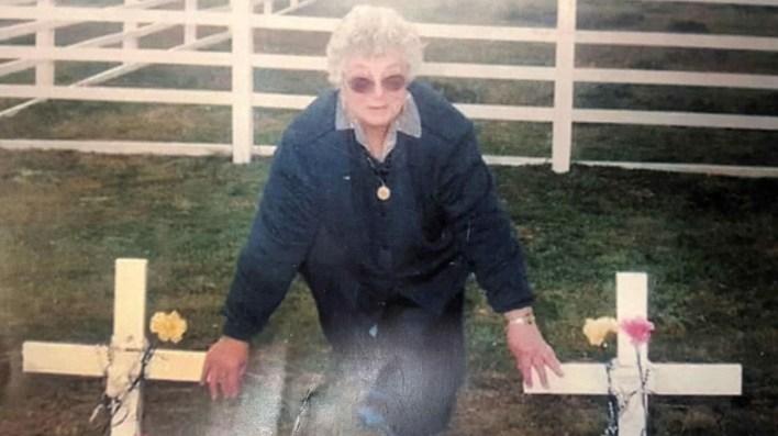La madre del soldado Márquez, Elda Gazzo, durante su viaje a Darwin en 1998. Ella está junto a la tumba donde finalmente fueron reconocidos los restos de su hijo
