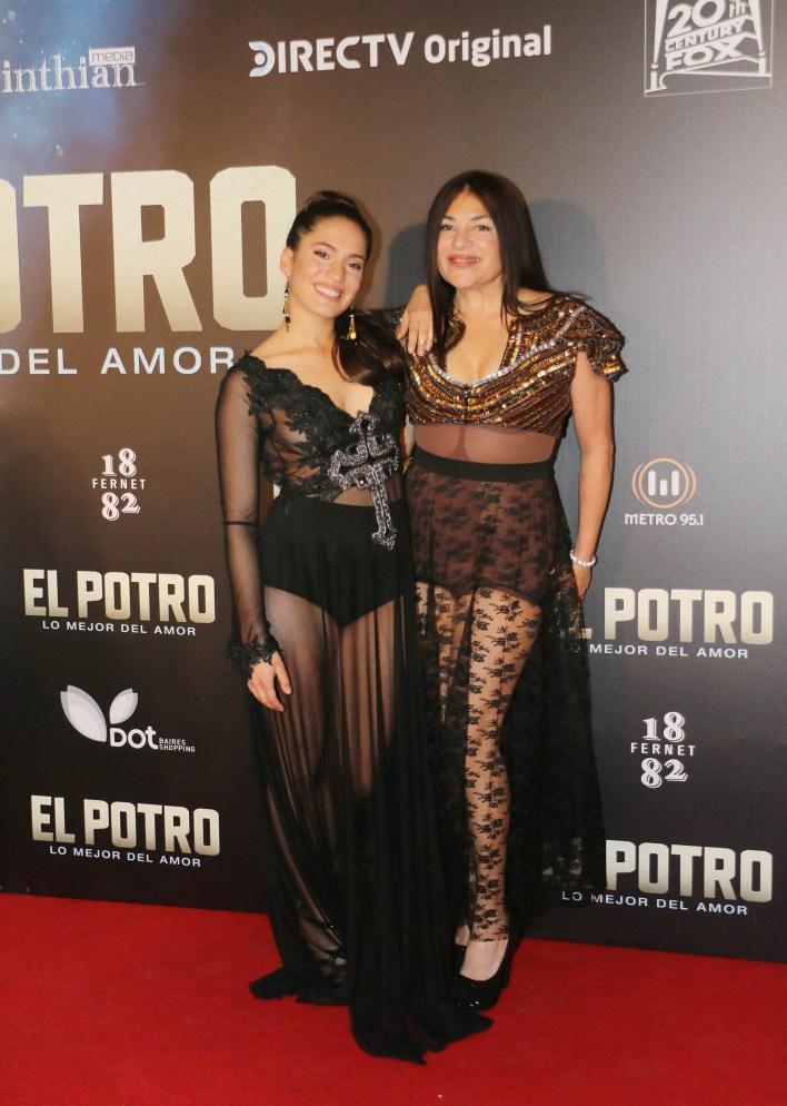Agostina Alarcón con su mamá, Claribel Medina; la actriz interpreta a Alejandra Romero, otra de las novias de Rodrigo