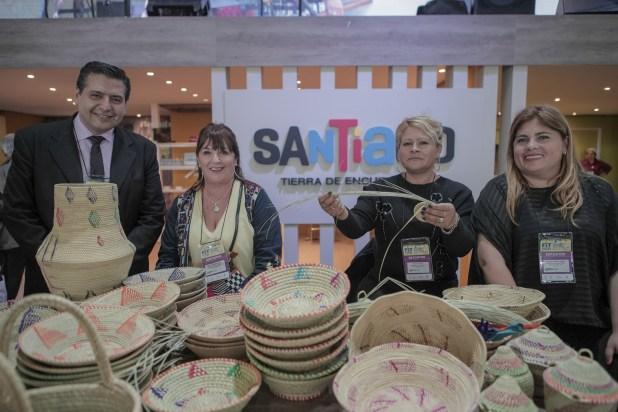 Los artesanos regionales acompañaron mostrando sus hábiles manos hacedoras