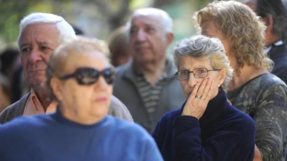 las jubilaciones y pensiones, que son la principal partida del gasto total con una incidencia de casi la mitad, sufrió una poda similar a la que ya se vio en el salario