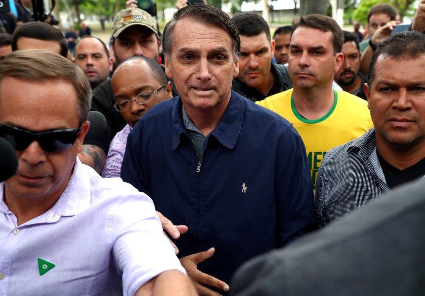 La chaqueta de Bolsonaro ocultaba la protección, que quedó más visible en su hijo (Reuters)