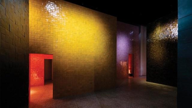Las colecciones 2018-19 para la casa se presentaron en espacios estructurados diseñados por Charlotte Macaux Perelman, subdirectora artística para Hermès Maison junto con Alexis Fabry