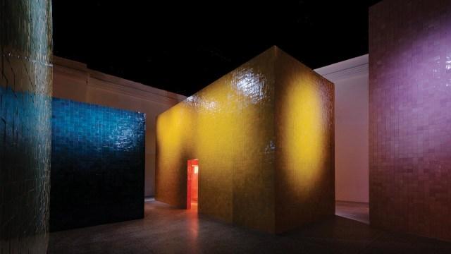 El color, los materiales y la artesanía se expresaron en siete estructuras arquitectónicas únicas, completamente cubiertas con Zellige marroquí, un pequeño azulejo cuadrado hecho de cerámica vidriada