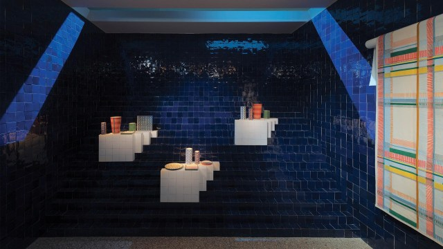 Una ciudad de ceramica en donde las luces se difunden y las paredes estaban recubiertas con 150.000 azulejos monocromáticos hechos a mano