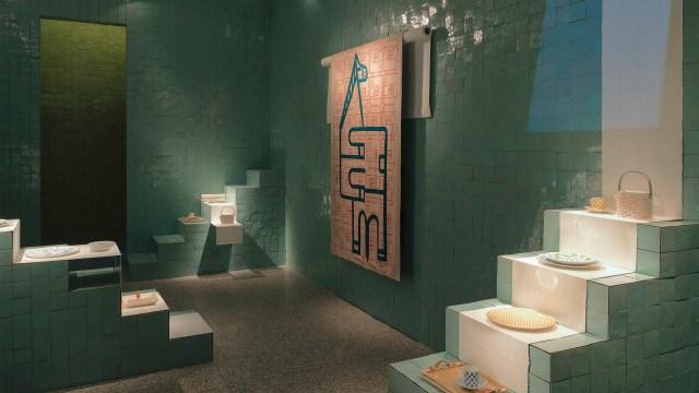 La exhibición buscó estandarizar a través de una cuadrícula gráfica precisa, para explorar los objetos dentro de las casas excéntricas, escondidos en sus esquinas, colocados en las escaleras o colgados en las paredes