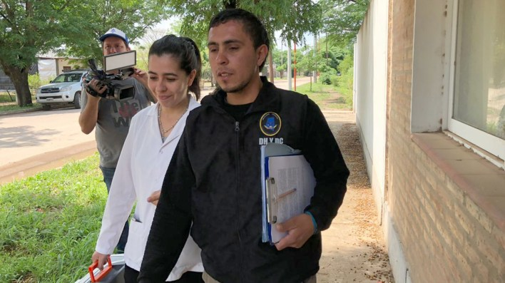 Peritos policiales y los últimos vecinos que entregaron su sangre a los investigadores ayer en Quimilí.