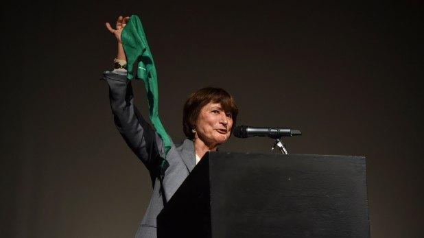 Catherine Millet levantando el pañuelo verde a favor de que se legalice el aborto en Argentina (Guille Llamos)