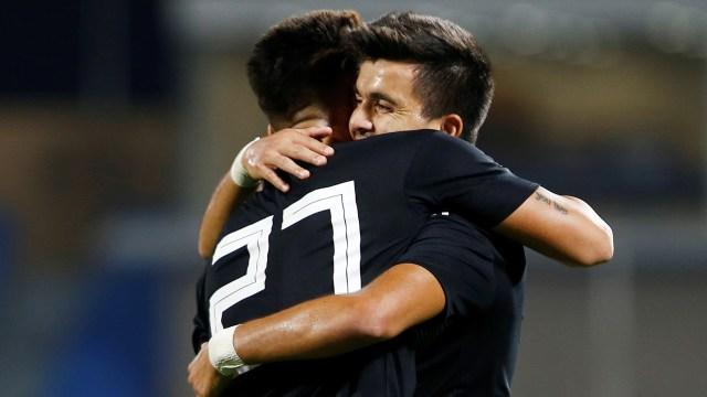 El abrazo entre Lautaro Martínez y Marcos Acuña en el primer gol de Argentina ante Irak (Foto: Reuters)