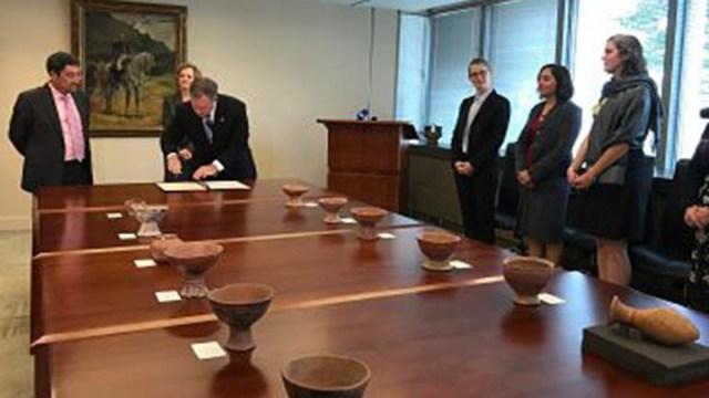 27 de los objetos fueron entregados en una ceremonia en Washington.