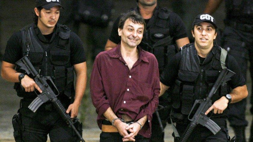 Cesare Battisti tras ser detenido en Brasilia en 2007 (AP /Eraldo Peres, archivo)