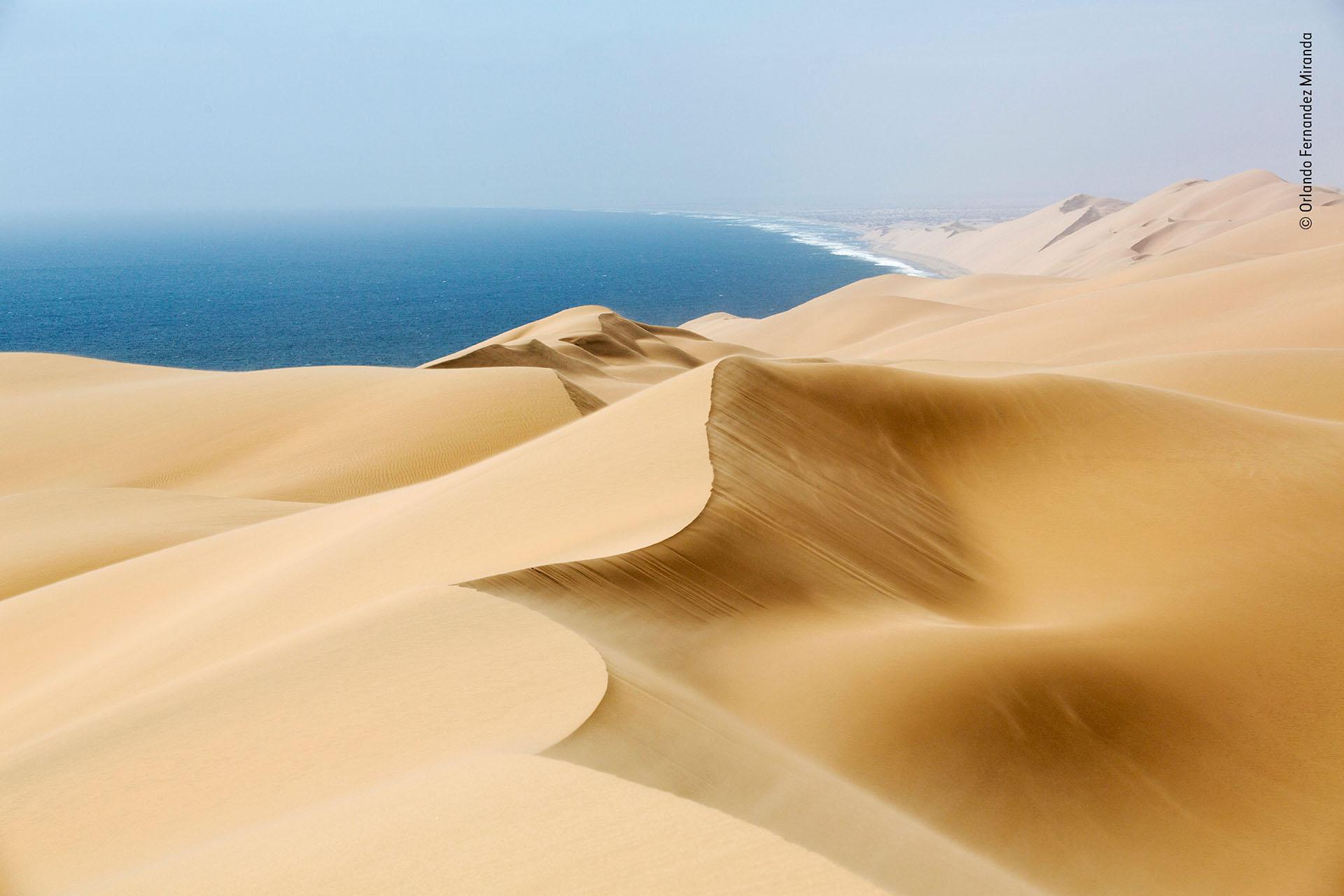 """Orlando Fernandez Miranda (España), categoría Ambiente de la Tierra. """"Barrida de viento"""", dunas en la costa de Namibia"""