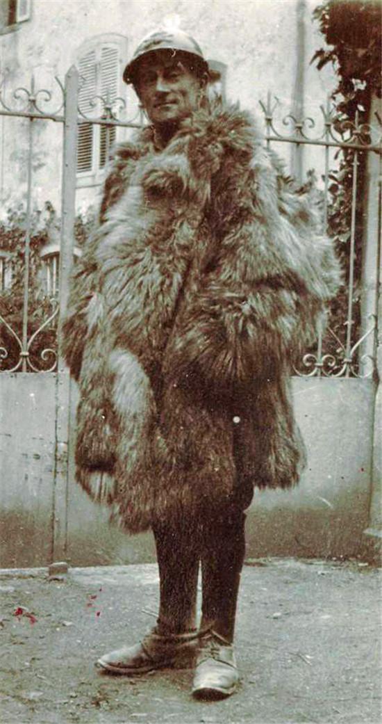 Ravel en 1916. Viste el uniforme del elército francés y un enorme abrigo de piel ya que como conductor de camiones, sin cabina, estaba expuesto a los elementos