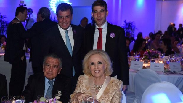 Facundo Manes y el CEO del Grupo Sancor Seguros, Alejandro Simón, junto a Eduardo Eurnekian y Mirtha Legrand en la mesa principal