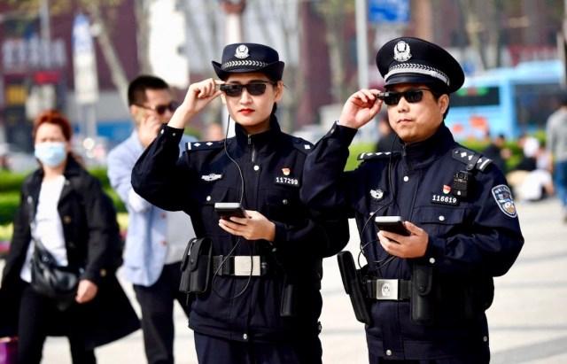 La policía prueba unas gafas de sol equipadas con cámaras que permiten reconocer rostros y gestos para identificar a personas buscadas en tiempo real