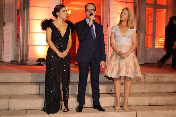 El embajador Zevelakis junto a Carminne Dodero y Pilar Lacalle, en el momento en que se declararon Huéspedes de Honor de la Ciudad a la prestigiosa diseñadora griega, Celia Kritharioti, y a su marido, el empresario naviero Nikolas Tsakos