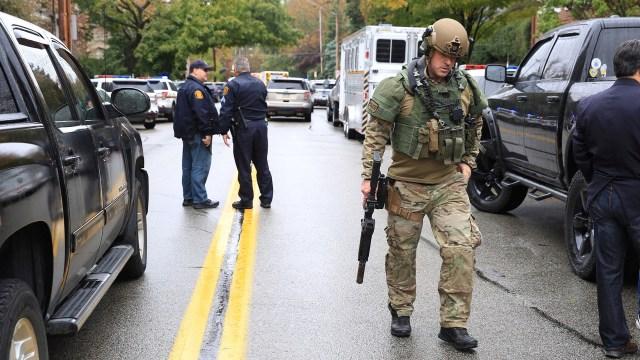 Un hombre miembro del equipo Swat sale de la escena del crimen. (Reuters)