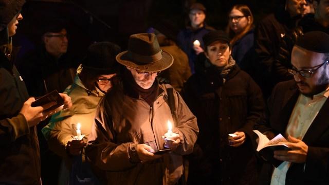 Un grupo de personas hace vigila para rezar por las víctimas. (AFP)