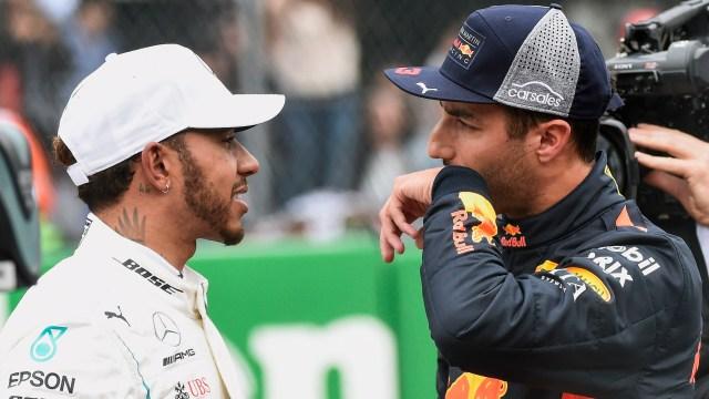 Lewis Hamiltondialoga con Daniel Ricciardo tras la clasificación del GP de México de la F1 2018(AP)