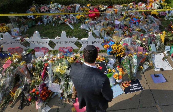 Una hora afuera de la sinagoga Árbol de la vida enPittsburgh, Pennsylvania, donde fueron asesinadas 11 personas. (REUTERS/Cathal McNaughton)