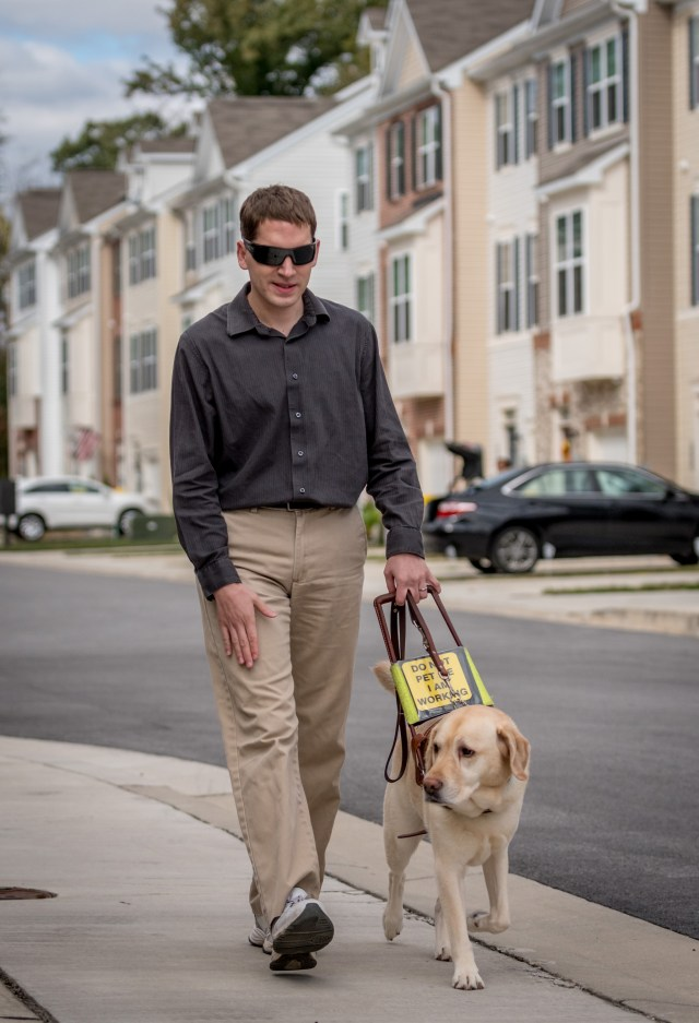Jason Corning utiliza a su perro de servicio, Niko, que lo guía por las calles de Maryland (The Washington Post / Mary F. Calvert)