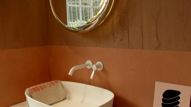 La textura en el baño de Agape es bastante particular, remarcando las imperfecciones, lo hecho a mano y la simpleza en un lugar como el baño, en el que se busca la tranquilidad y la calma (Federico Lo Bianco)