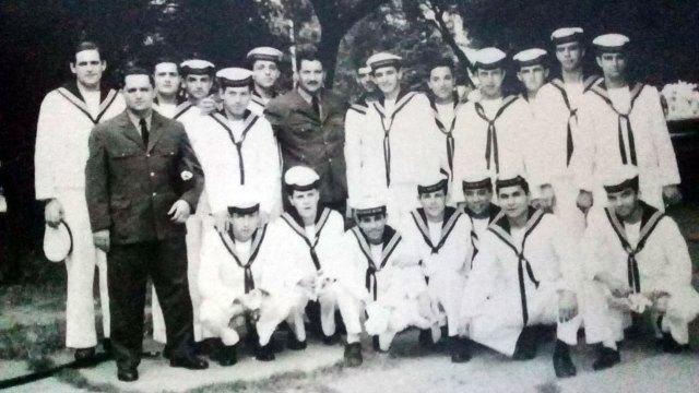 Una postal de marzo de 1968. La foto la sacó la madre de Roberto Rodríguez, el cuarto de los parados desde la izquierda, quien junto a Luis Araki, el tercero de los sentados desde la derecha,están organizando el encuentro