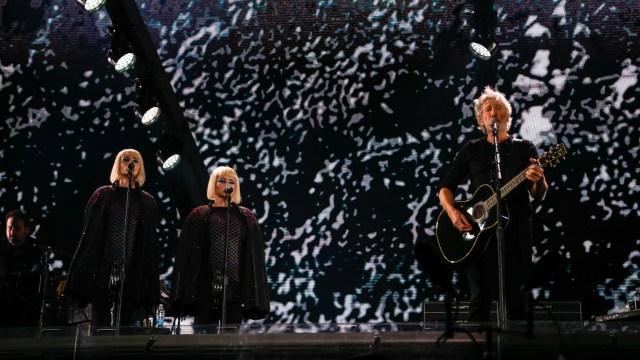 El cantante británico de 75 años interpretó clásicos de Pink Floyd
