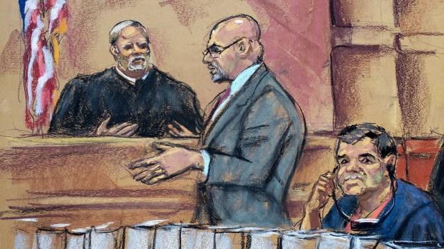 """Reproducción fotográfica de un dibujo realizado por la artista Jane Rosenberg, donde aparece Joaquín """"El Chapo"""" Guzmán (derecha) mientras escucha a su abogado Eduardo Balarezo (centro) hacer su petición al juez Brian Cohan (izquierda) (EFE)"""